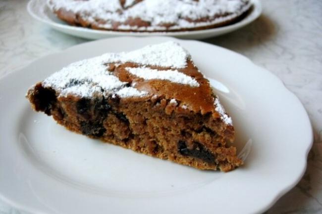 Постный кофейный пирог с черносливом и медом