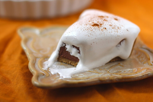 Сливочный тарт с шоколадной начинкой и белковым кремом