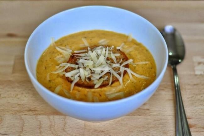 Сливочный суп-пюре с курицей, тыквой и сыром