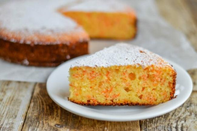 Морковный пирог с манкой и изюмом