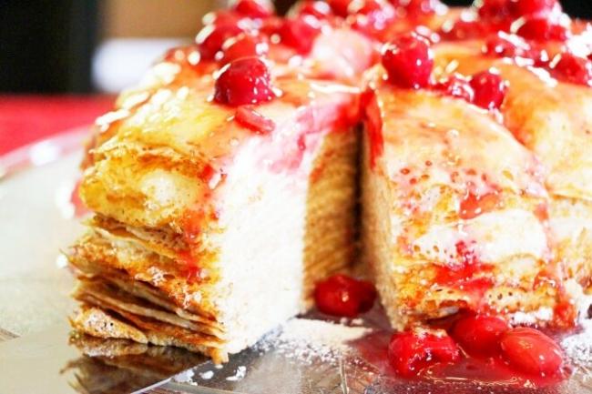 Блинный торт с творожной начинкой и вишневым вареньем