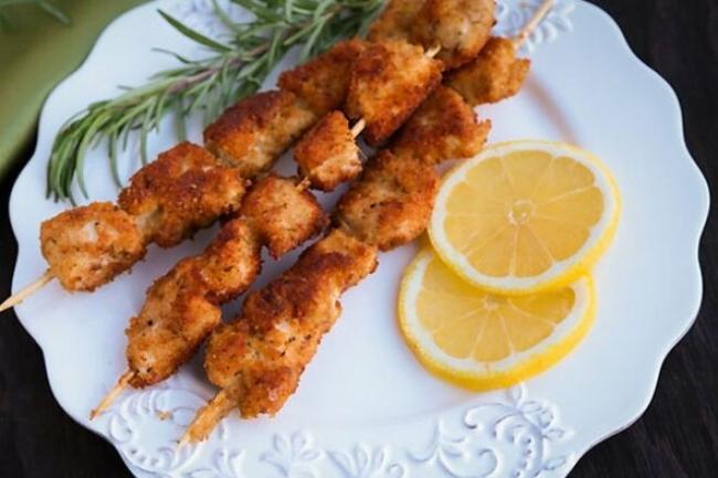 Панированные шашлычки из курицы на сковороде