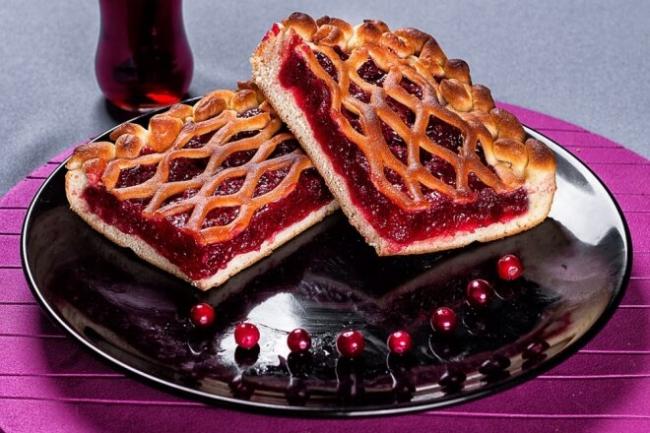 Брусничный пирог с корицей из слоеного теста