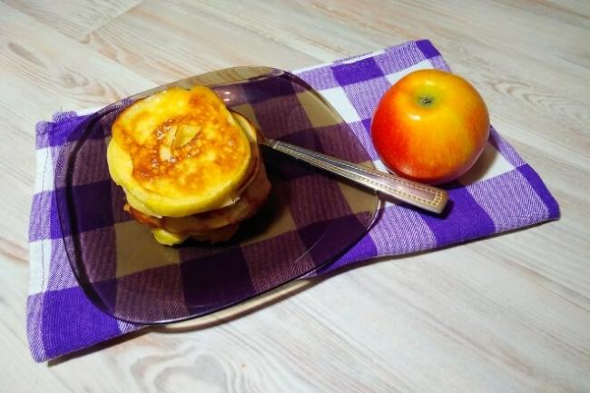 Оладьи с яблочными кольцами на молоке без дрожжей